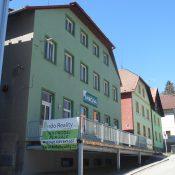 Hotel s restaurací a tanečním sálem na náměstí v Horní Plané